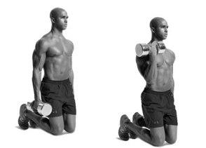 Упражнение на бицепс с гантелями, стоя на коленях