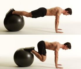 Подтягивания ног с использованием фитбола